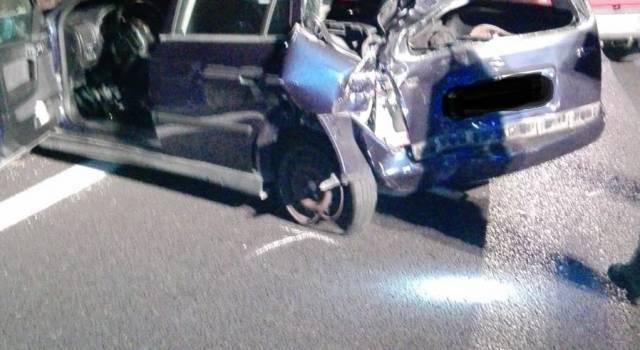 Scontro tra auto e camion, conducente della vettura rimasto incastrato tra le lamiere