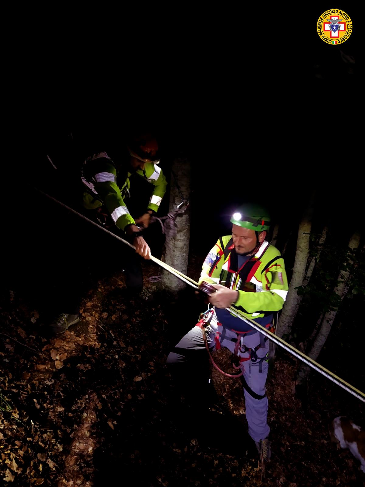 Cercatore di funghi ferito, recuperato di notte dal Soccorso Alpino
