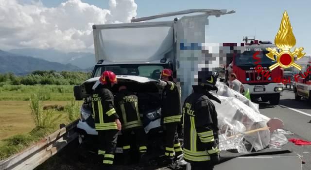 Tre furgoni e un tir coinvolti in un incidente, 8 feriti sull'A12