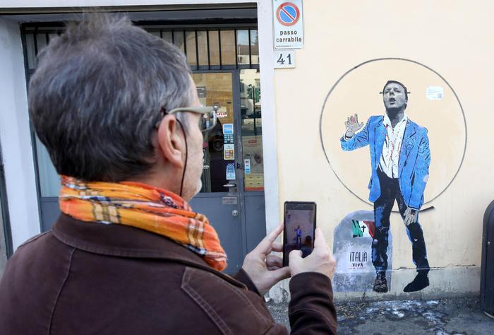 """""""Italia morta vivente"""", murale contro Matteo Renzi"""