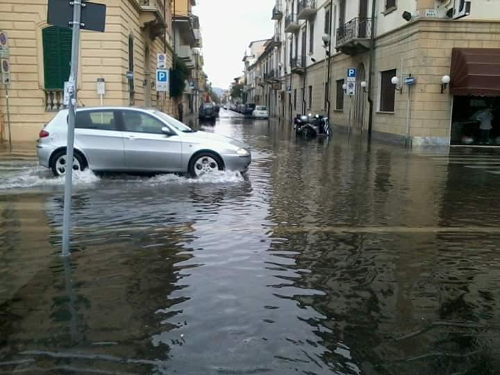 Vento a oltre 70 km/h, fulmini, tuoni e pioggia: nubrifagio a Viareggio e in Versilia