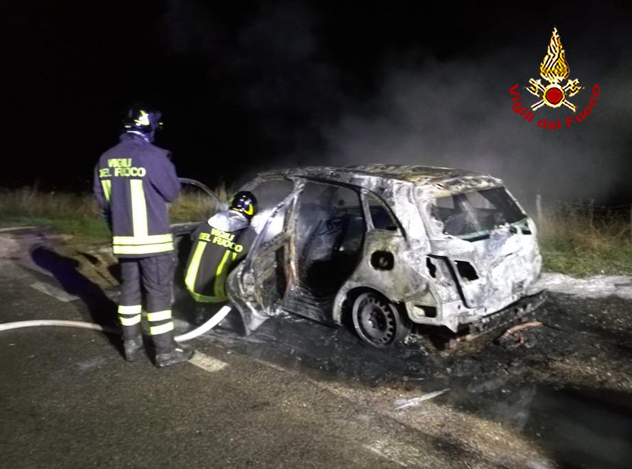 Auto a fuoco nel senese