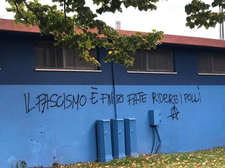 """""""Il fascismo è finito, fate ridere i polli"""": imbrattato lo stadio di Torre del Lago"""
