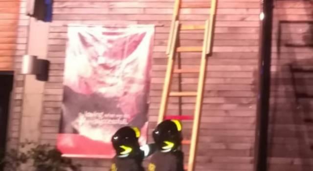 Cantina in legno a fuoco, vigili del fuoco in azione tutta la notte