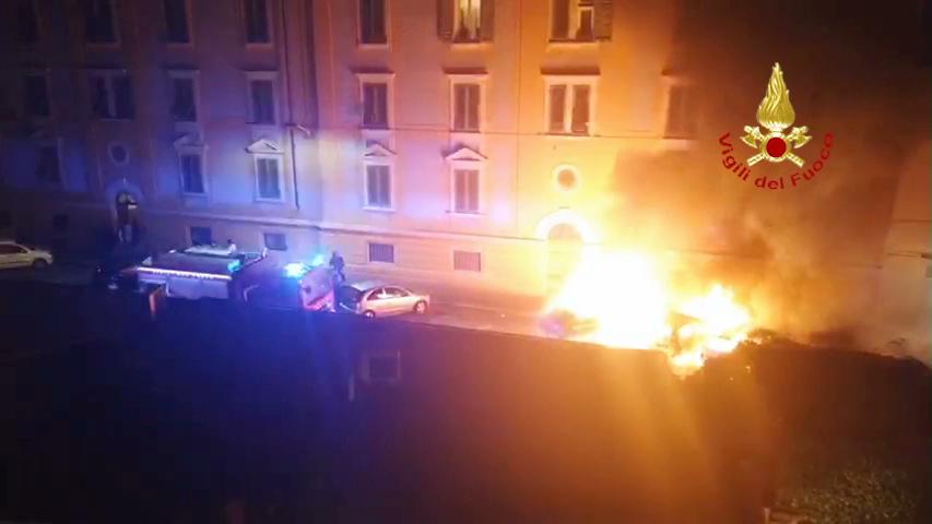 Tre auto a fuoco e una persona intossicata dai fumi