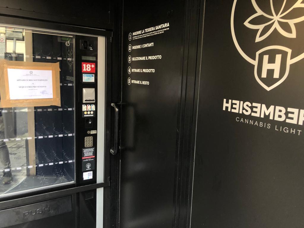 Sequestrato distributore automatico di essenze e profumi, contenevano canapa
