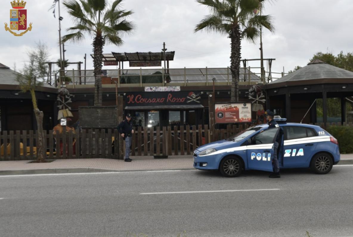 Scazzottata nel locale, ma se la prendono con un poliziotto: denunciati