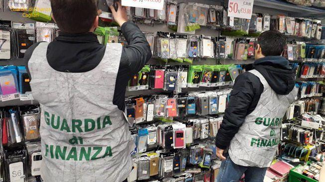 20mila accessori per cellulari sequestrati dalle Fiamme Gialle in un negozio