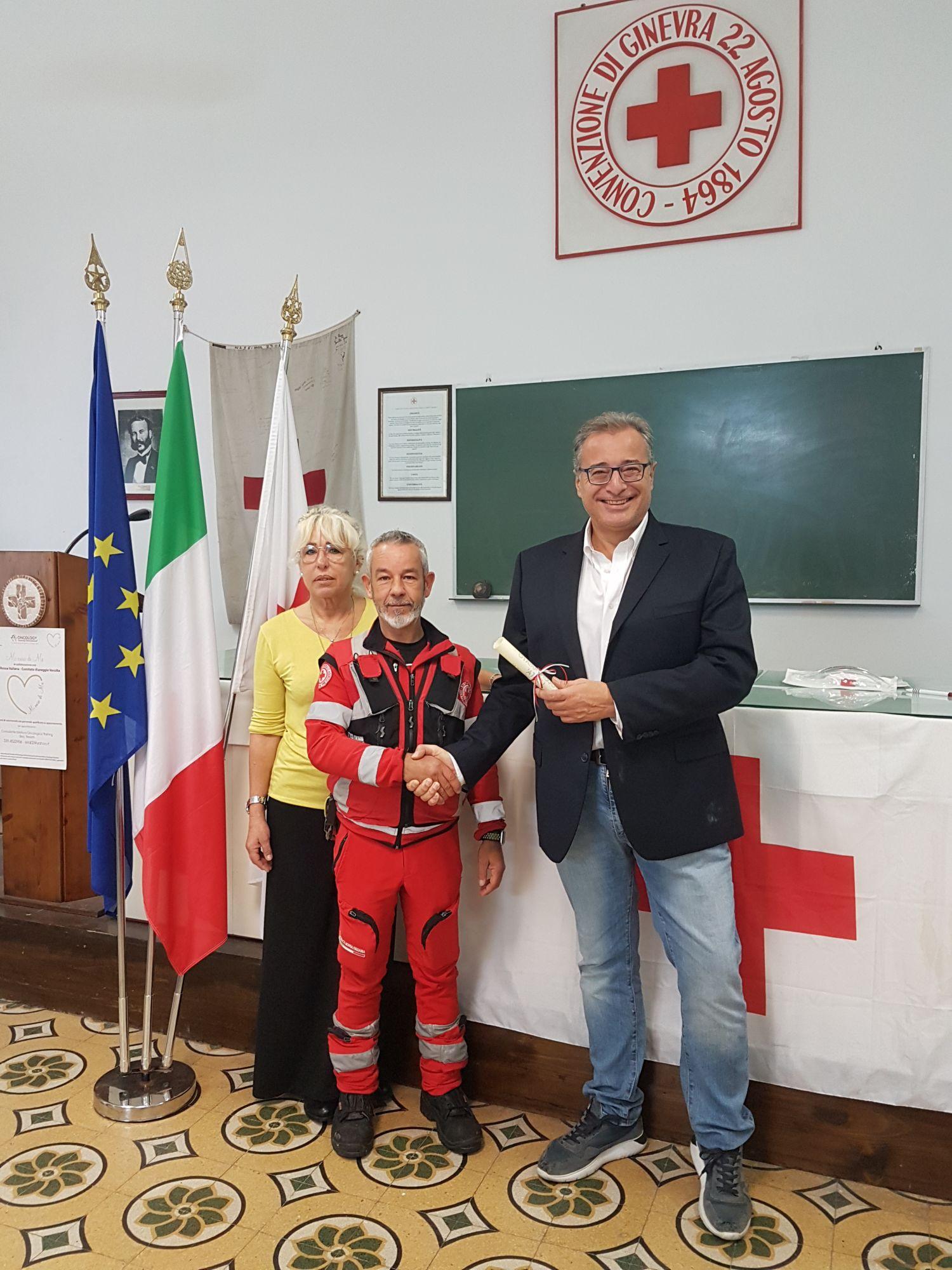 Salva un passante dall'infarto, Sirio Carmazzi premiato dal presidente della Croce Rossa