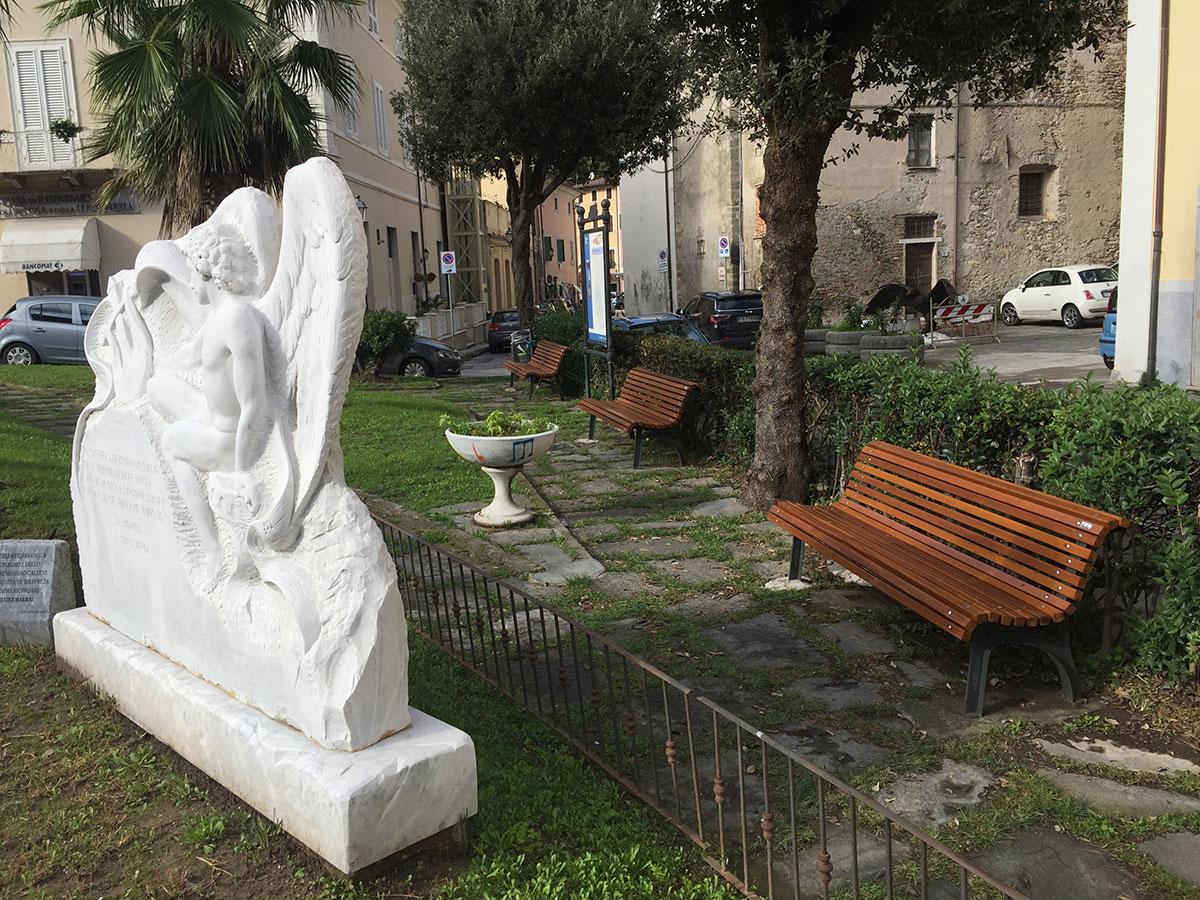 """Decoro urbano: installate le nuove panchine nel centro storico e a Riomagno e i giochi negli asili """"Delâtre"""" e """"Salvatori"""""""