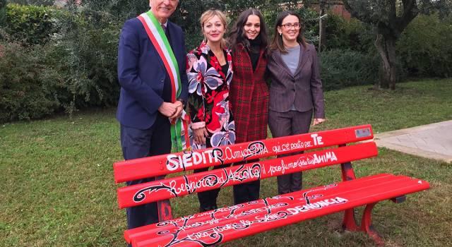 Una panchina rossa a Querceta contro la violenza di genere
