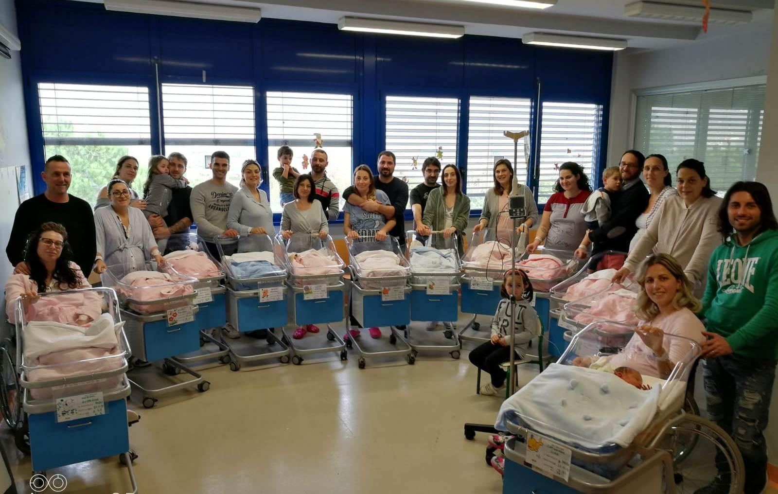 """12 parti in 18 ore all'ospedale """"Versilia"""": nati 3 maschietti e 9 femminucce"""
