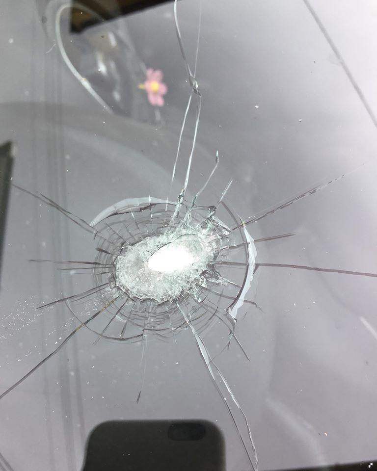 Vandalizzata l'auto di una vigilessa urbana di Camaiore nella sua casa a Bozzano