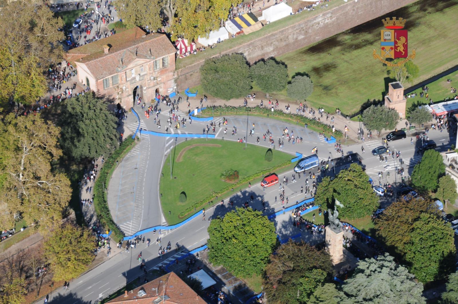 L'elicottero della Polizia sorvola su Lucca per i Comics (video)