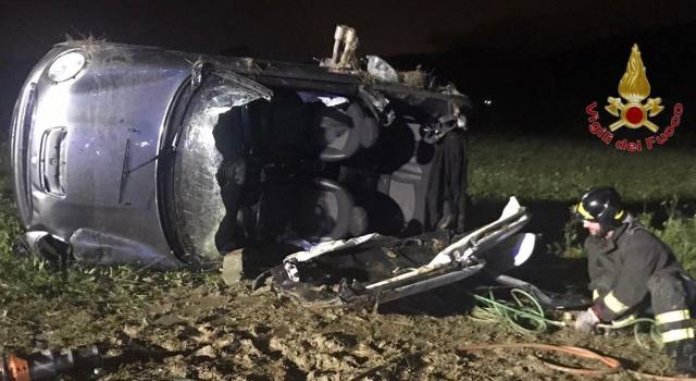 Auto sbanda e finisce in un campo, conducente intrappolato e passeggera sbalzata fuori
