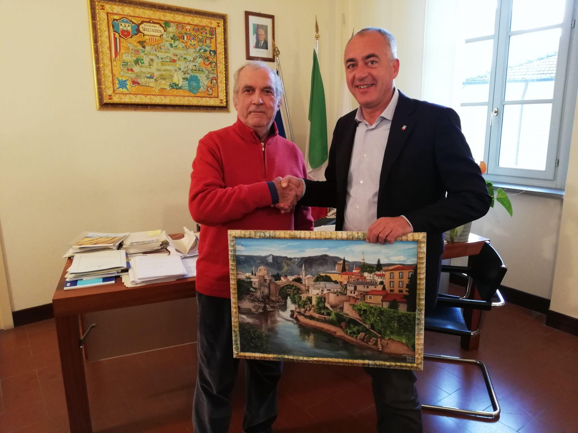 Il pittore Romeo Tani dona un quadro al Comune