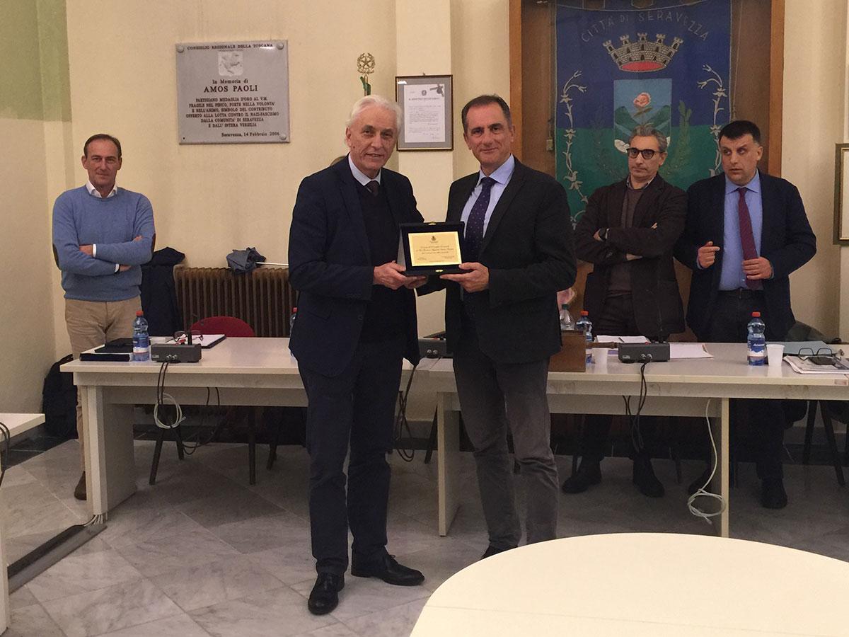 Omaggio del Consiglio comunale di Seravezza al vice questore Enrico Parrini