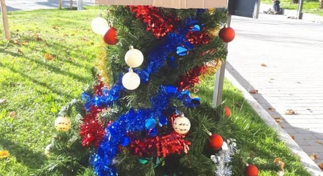"""""""Buone feste dai bambini sfrattati"""", sit in con albero e babbo natale sotto al comune di Viareggio"""
