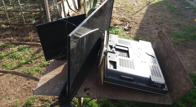"""Gettano 3 tv nel terreno dell'azienda agricola """"Buong'orto"""": la sorpresa dopo Natale"""