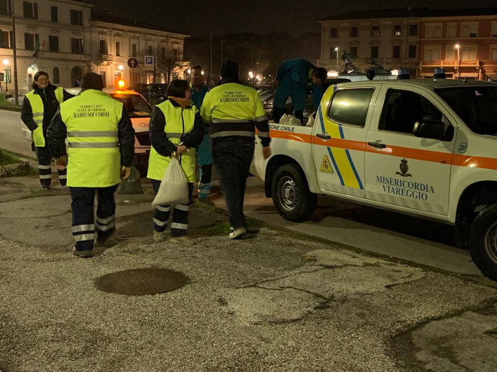 Maltempo a Viareggio: il mare invade i bagni, sacchi di sabbia lungo il Burlmacca e alberi caduti