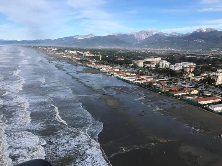Codice arancione per mareggiate sulla costa, dalla Versilia a Piombino, fino alle 8 di lunedi