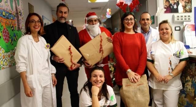 Regali per i bambini ricoverati in pediatria all' Ospedale Versilia, in corsia arriva Babbo Natale