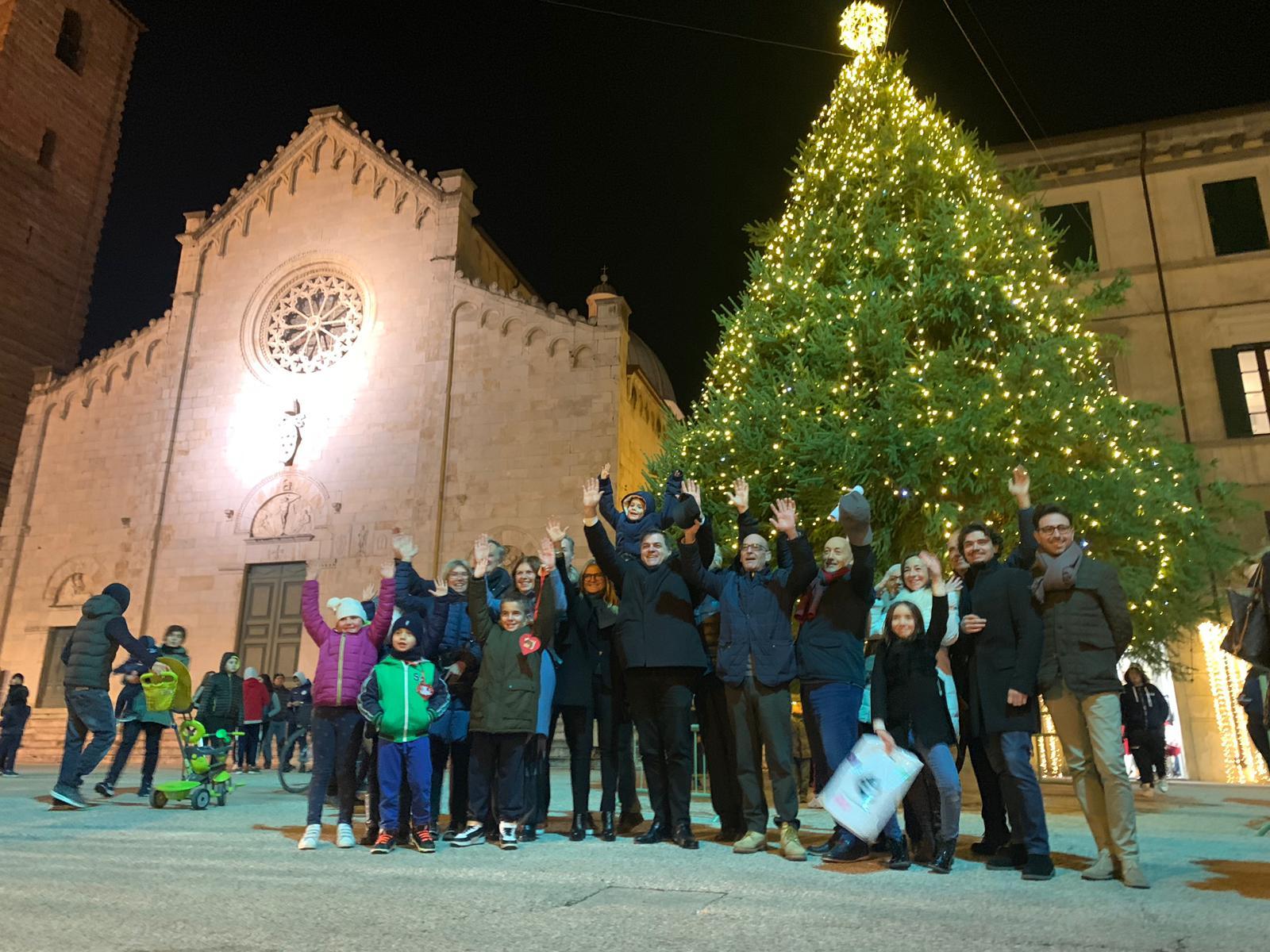 Accesso il grande abete in Piazza Duomo, un mese di eventi formato famiglia