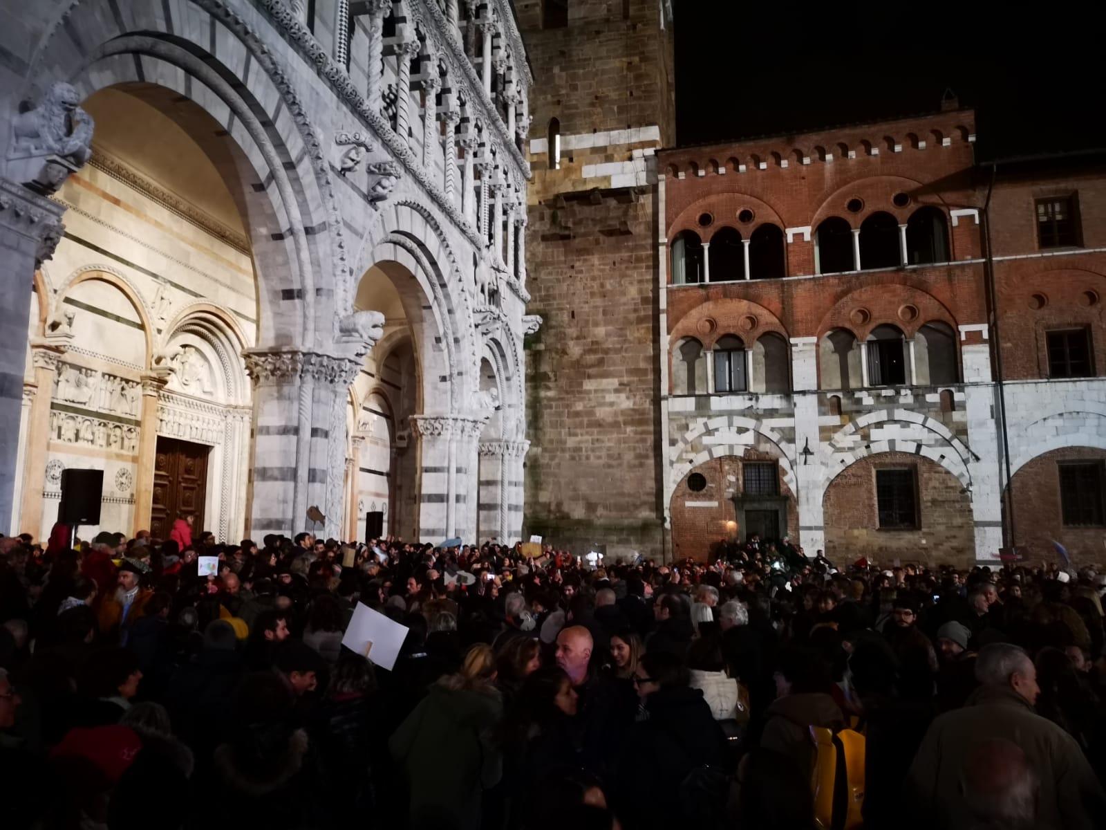 Lucca non si Lega, 2mila sardine in piazza san Martino per contestare Matteo Salvini