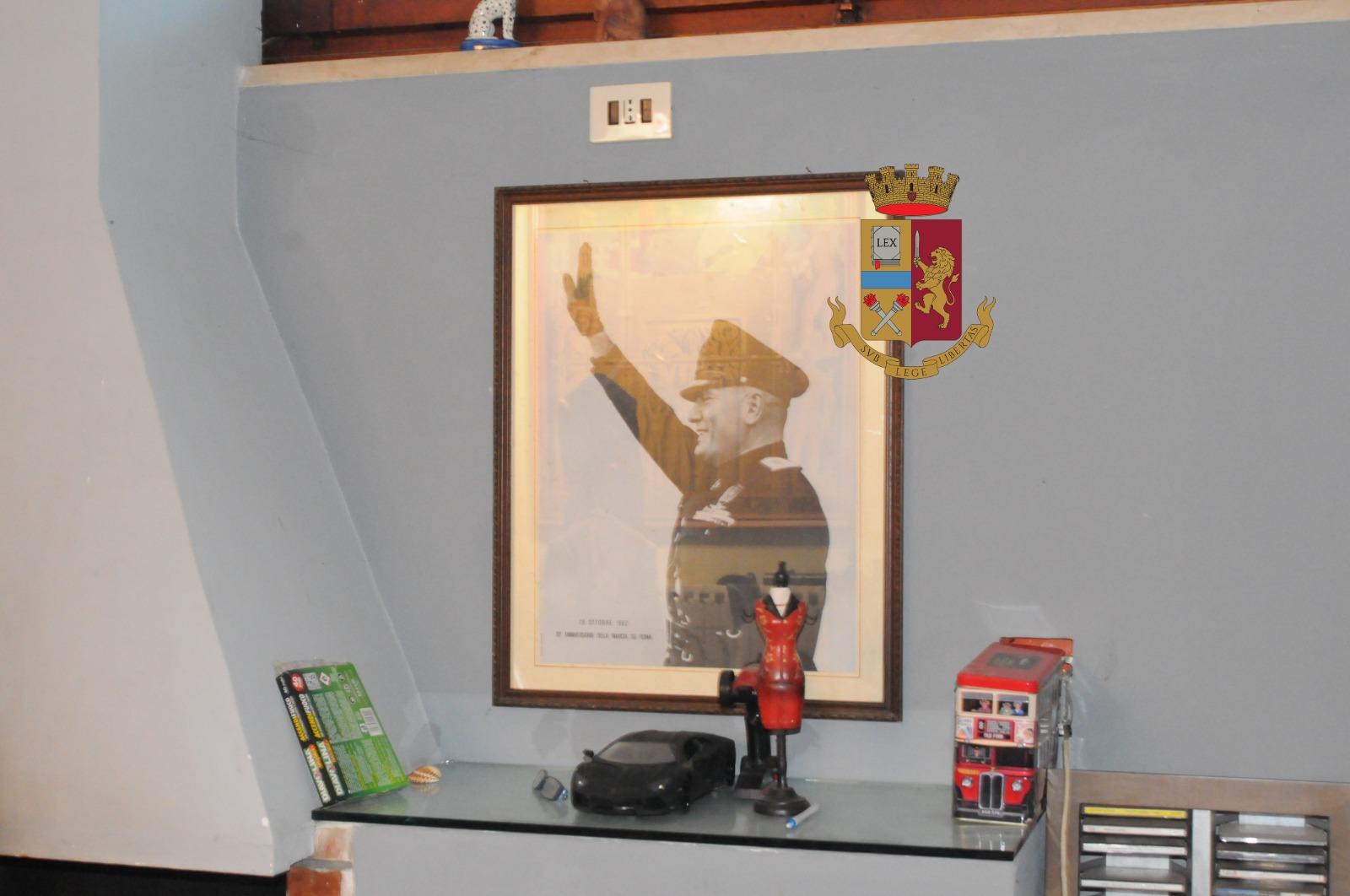 """""""Cacciatore di ebrei"""", la foto su Fb con in mano una pistola: arrestato dalla Digos, a casa produceva anche droga"""
