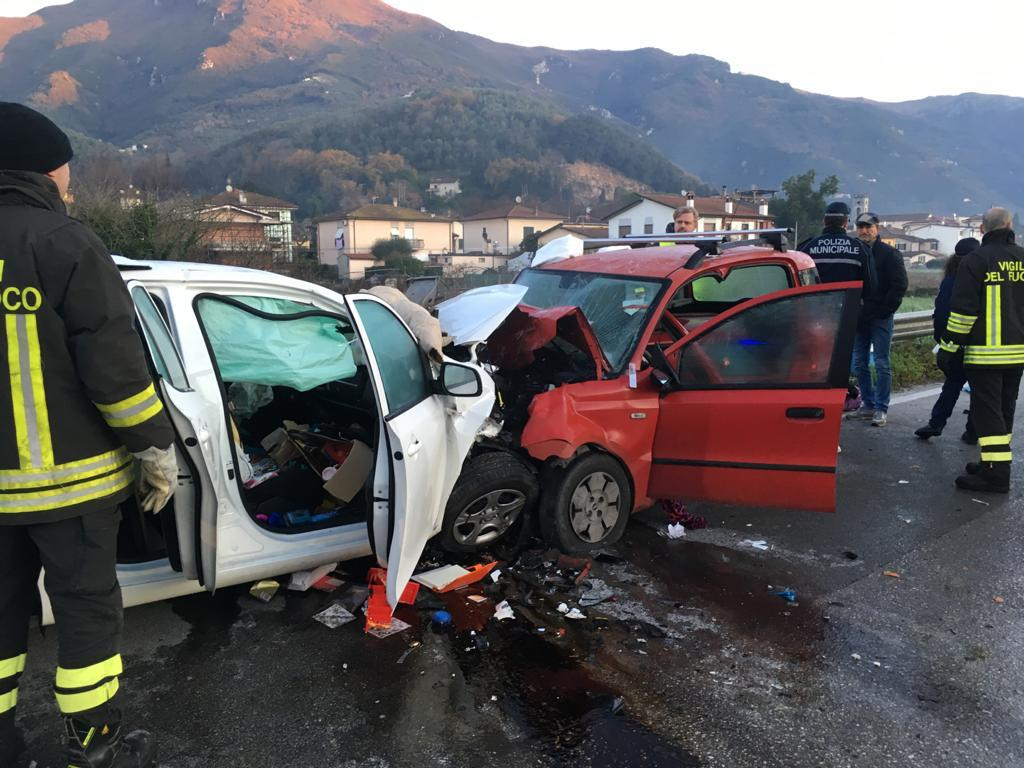 Frontale a Camaiore, tre feriti