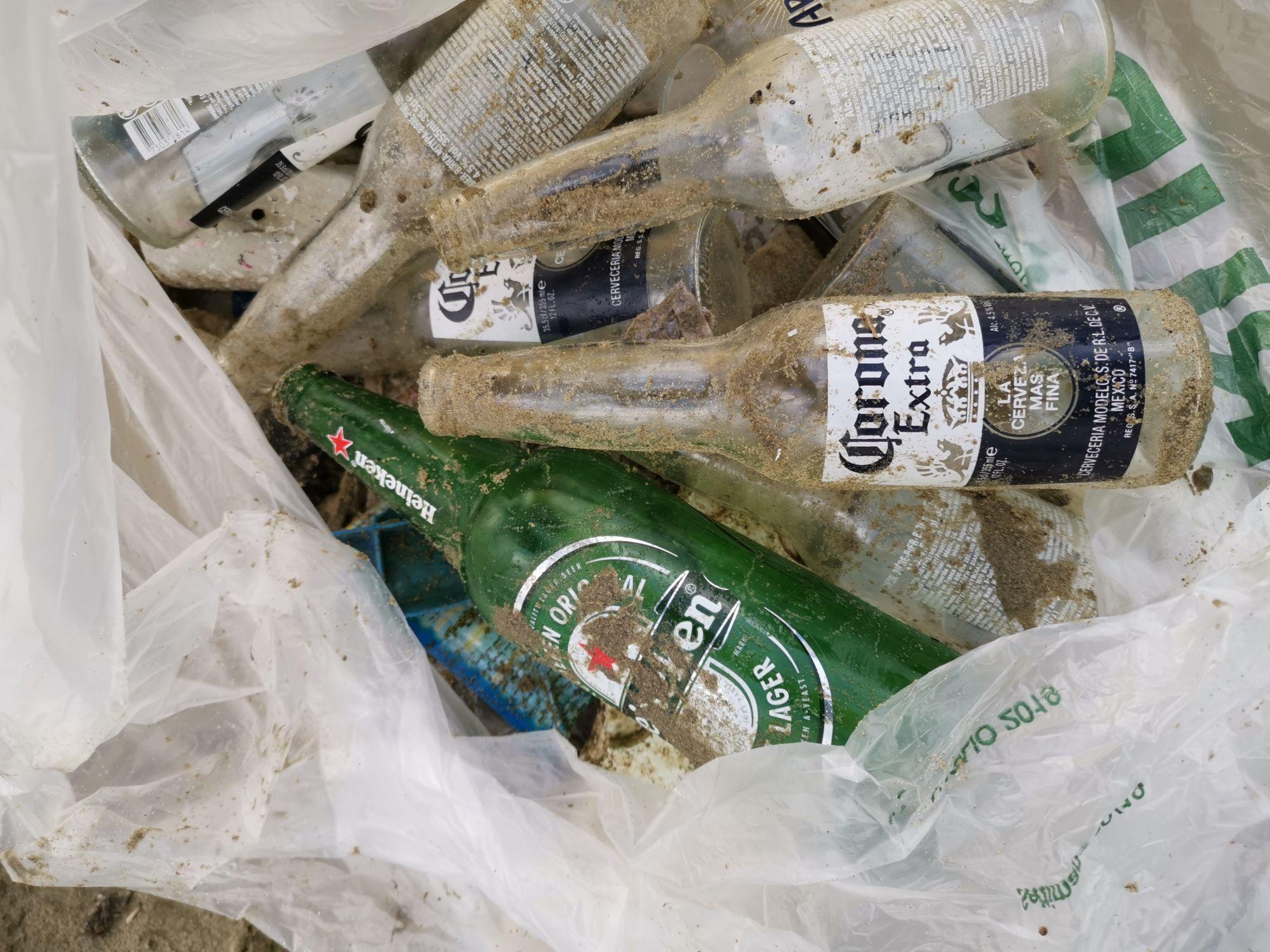 Un quintale di spazzatura tolto dalla spiaggia, tra i rifiuti anche siringhe e ossa di animali