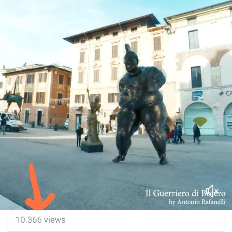 Il Guerriero di Botero aspirante ballerino. In un video su Facebook l'esilarante coreografia
