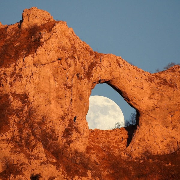 La Luna dentro al Forato: Pruno presa d'assalto da fotografi