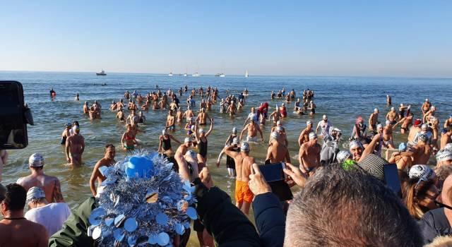 Il tuffo di Capodanno a Viareggio: battuto il record! Fotogallery di Mauro Pucci