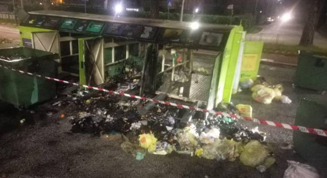 A fuoco l'isola ecologica a Lido di Camaiore, danni ingenti