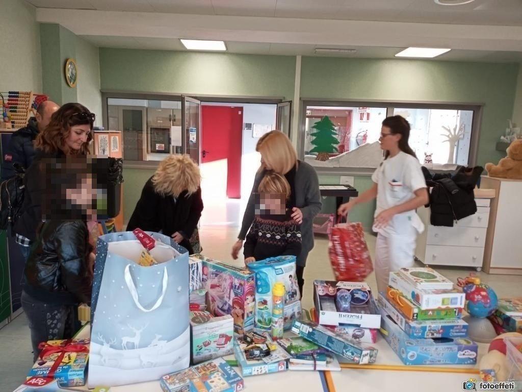"""Consegnati ai piccoli pazienti dell'ospedale Pediatrico Apuano i giochi donati dai bambini in occasione della """"befana solidale"""""""