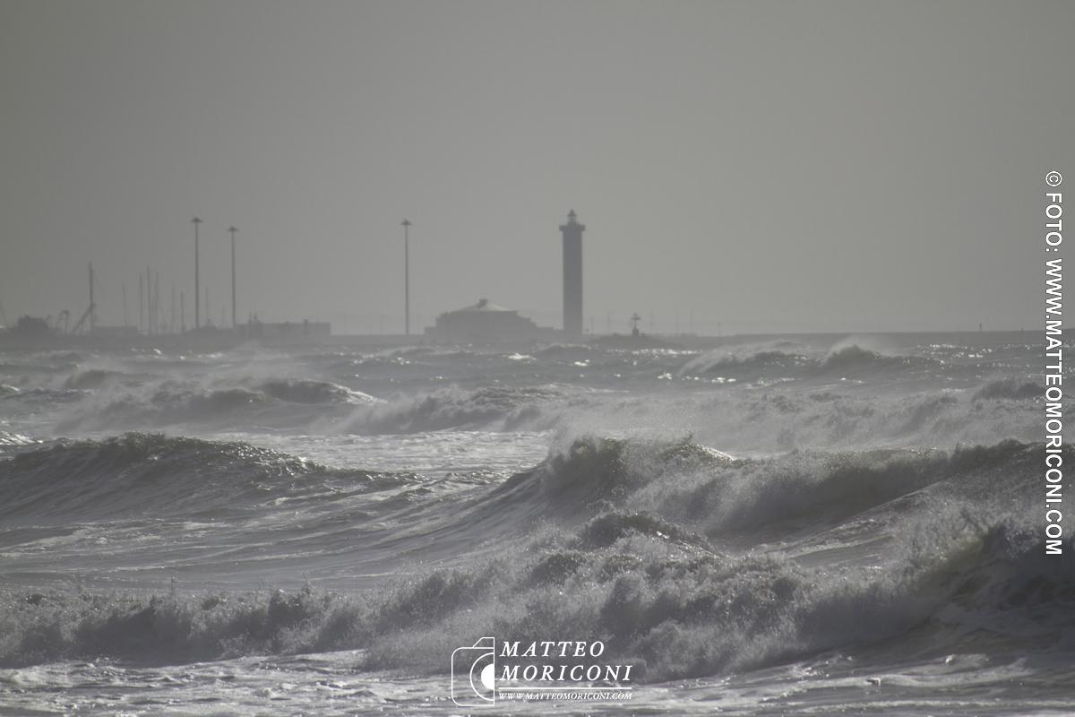 La mareggiata in Versilia nei clic di Matteo Moriconi