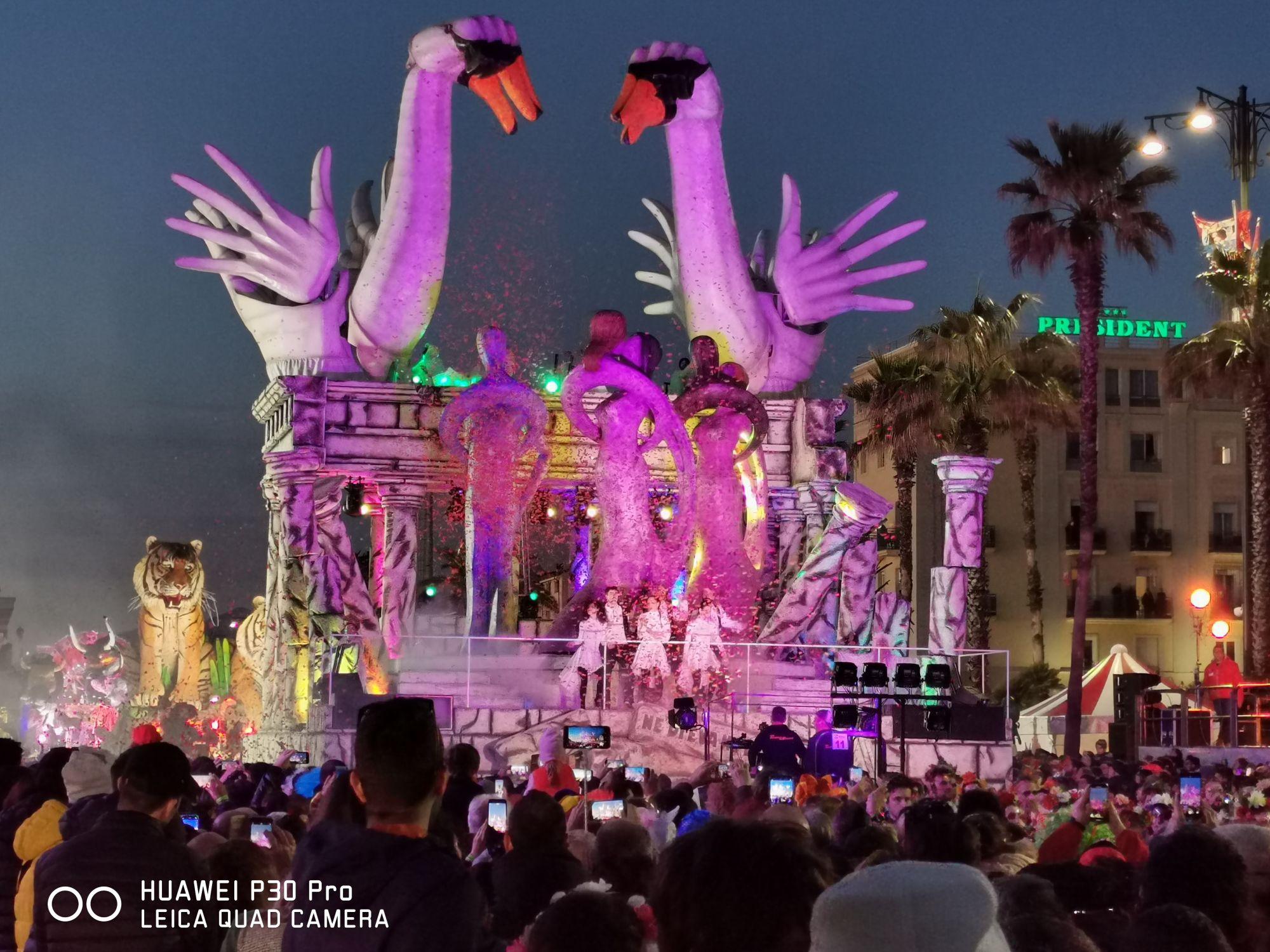 I carri sfilano in notturna, le foto di Raffaele Carnevale