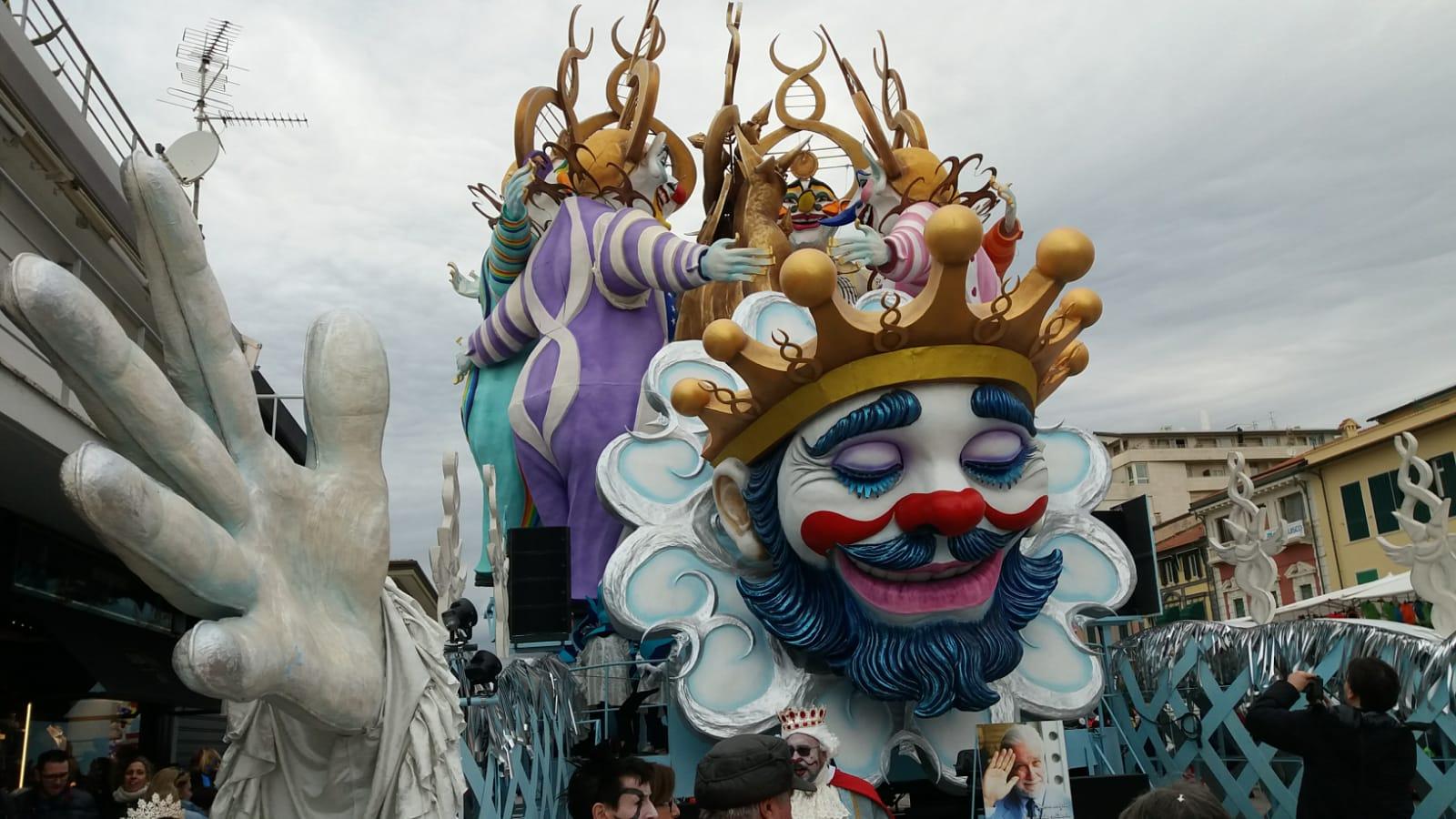 Carnevale di Viareggio, dai viali a mare le primi immagini dei carri al secondo corso