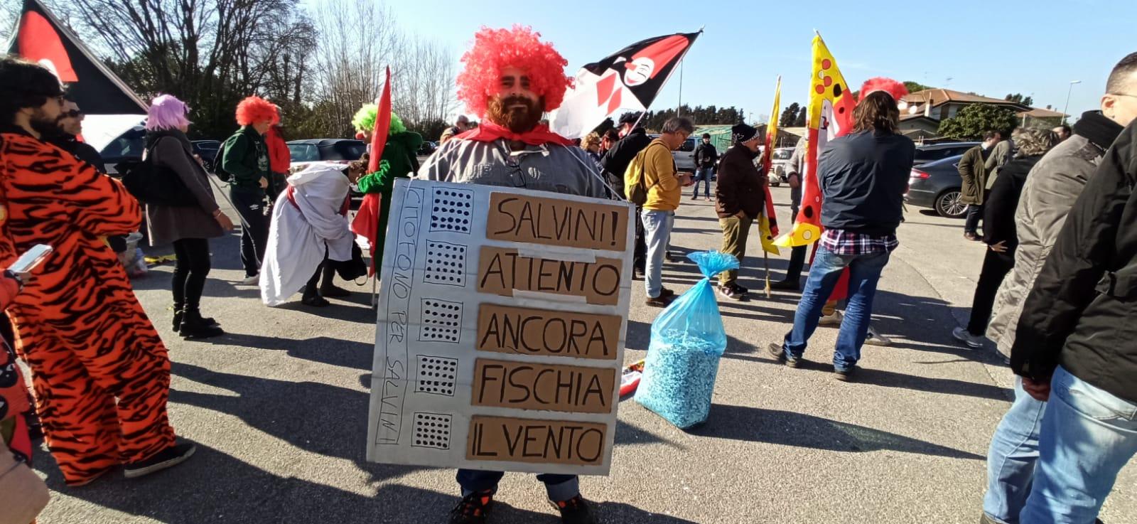 Colorati, in maschera e con gli striscioni: la contestazione a Salvini va in scena in Cittadella