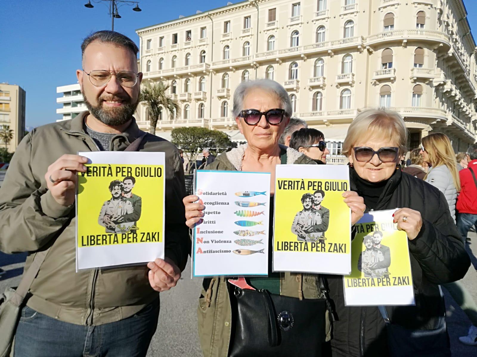 """Sardine in piazza a Viareggio per contestare Matteo Salvini: """"La Toscana è già libera"""": i due video"""