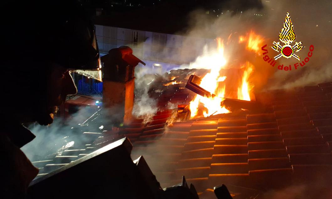 A fuoco un tetto nella notte a Camaiore