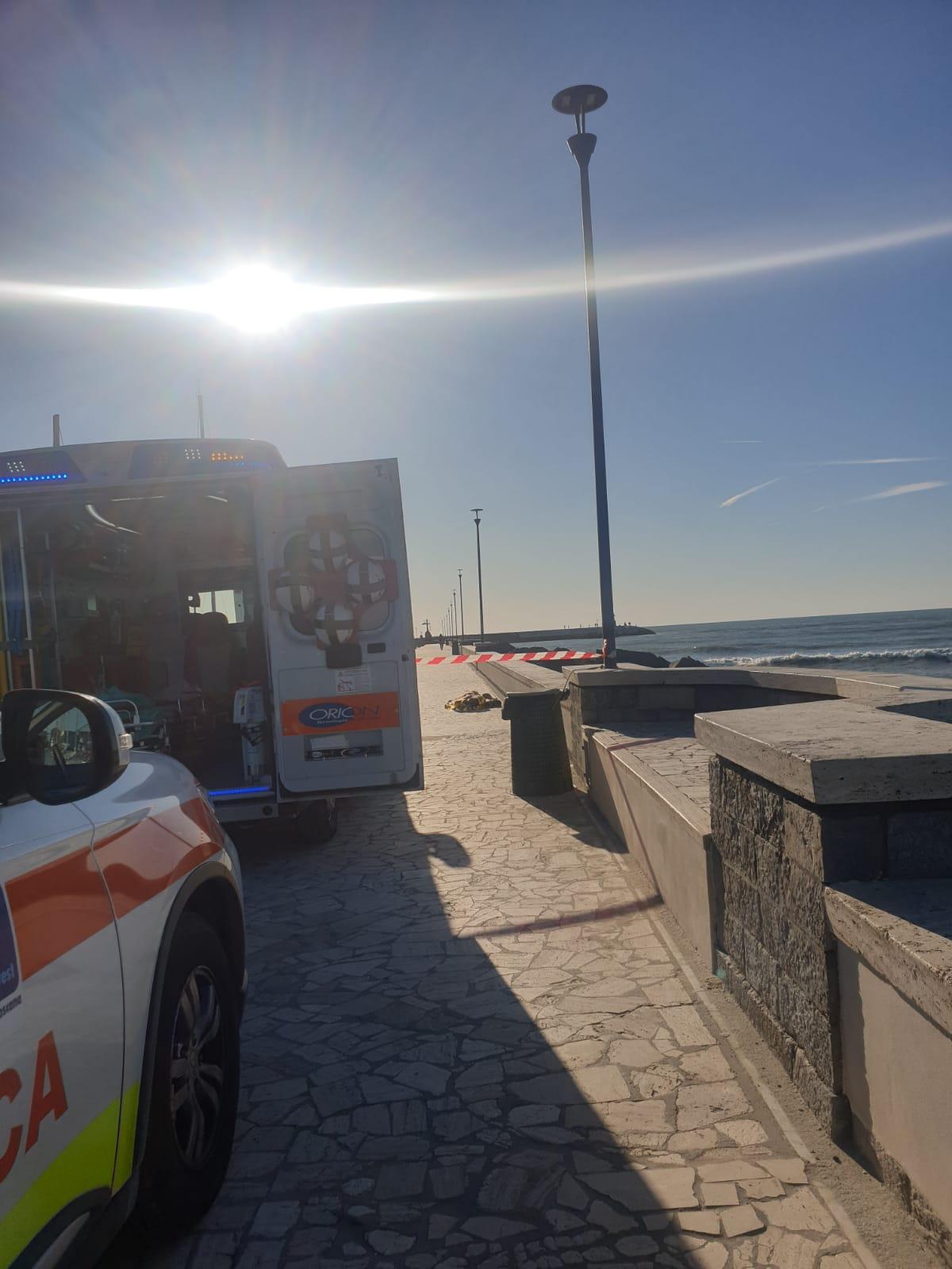 Cadavere in mare vicino agli scogli del molo di Viareggio: l'allarme dato dai surfisti