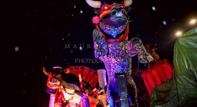 Carnevale in notturna giovedi grasso, a fine corso i fuochi d'artificio