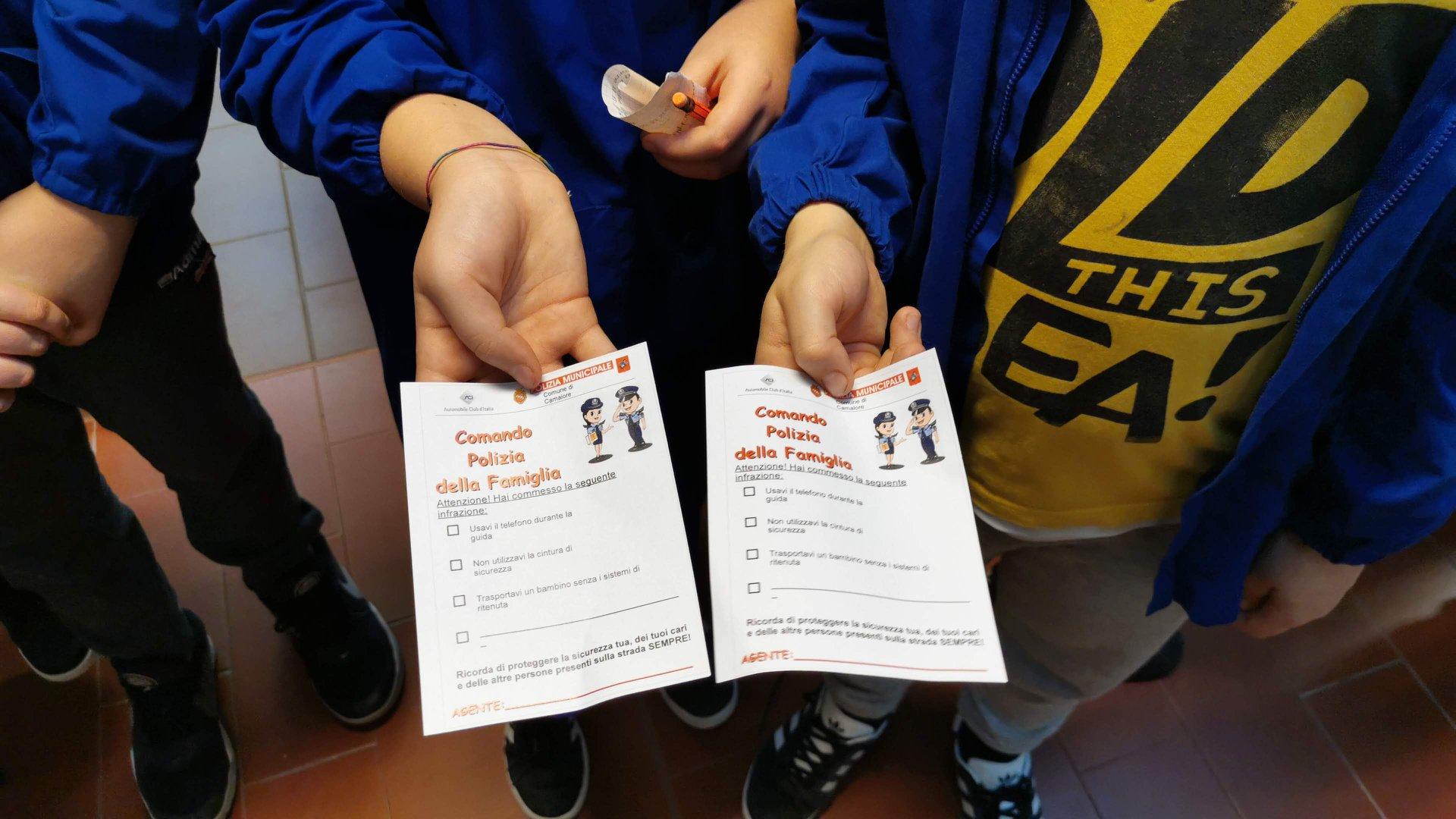 Sicurezza stradale a Capezzano Pianore: i bambini multano gli adulti che non rispettano il codice della strada