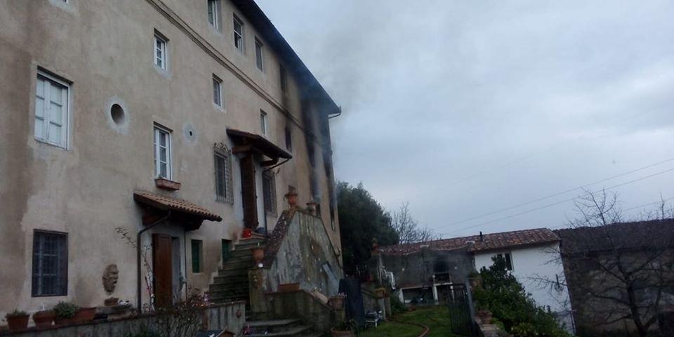 Tragedia a Massarosa, una vittima nell'incendio divampato in un casale