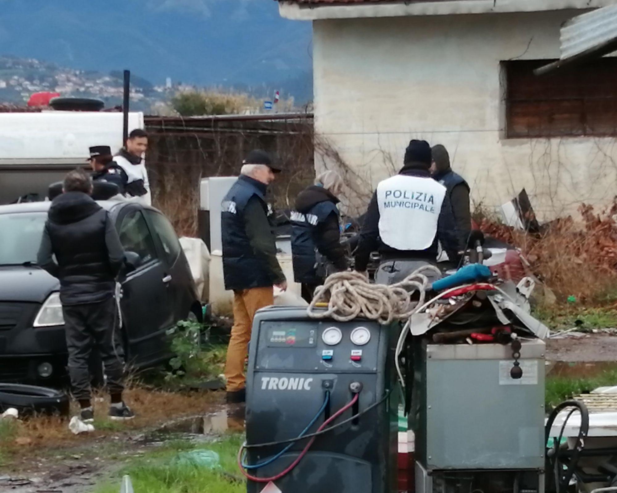Discarica e autorottamazione abusive a Viareggio, scatta il sequestro