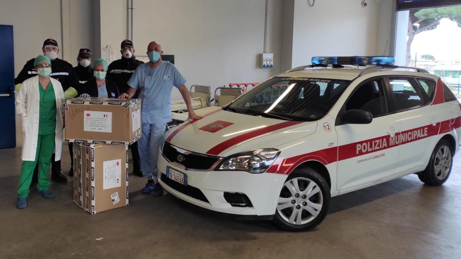 """La Polizia Municipale di Camaiore porta al Pronto Soccorso del """"Versilia"""" 4mila mascherine"""