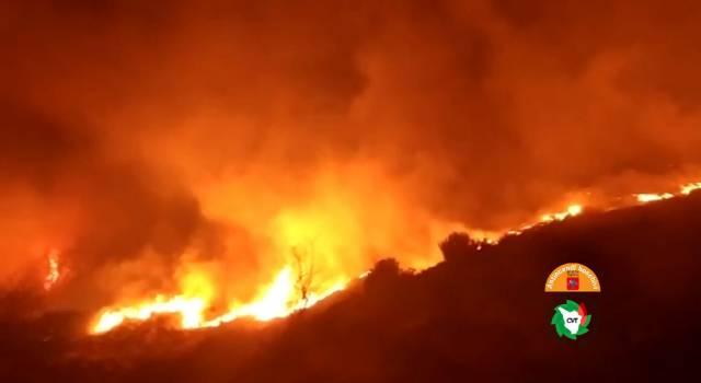 Incendio boschivo sul Matanna: il fronte delle fiamme visibile da tutta la Versilia