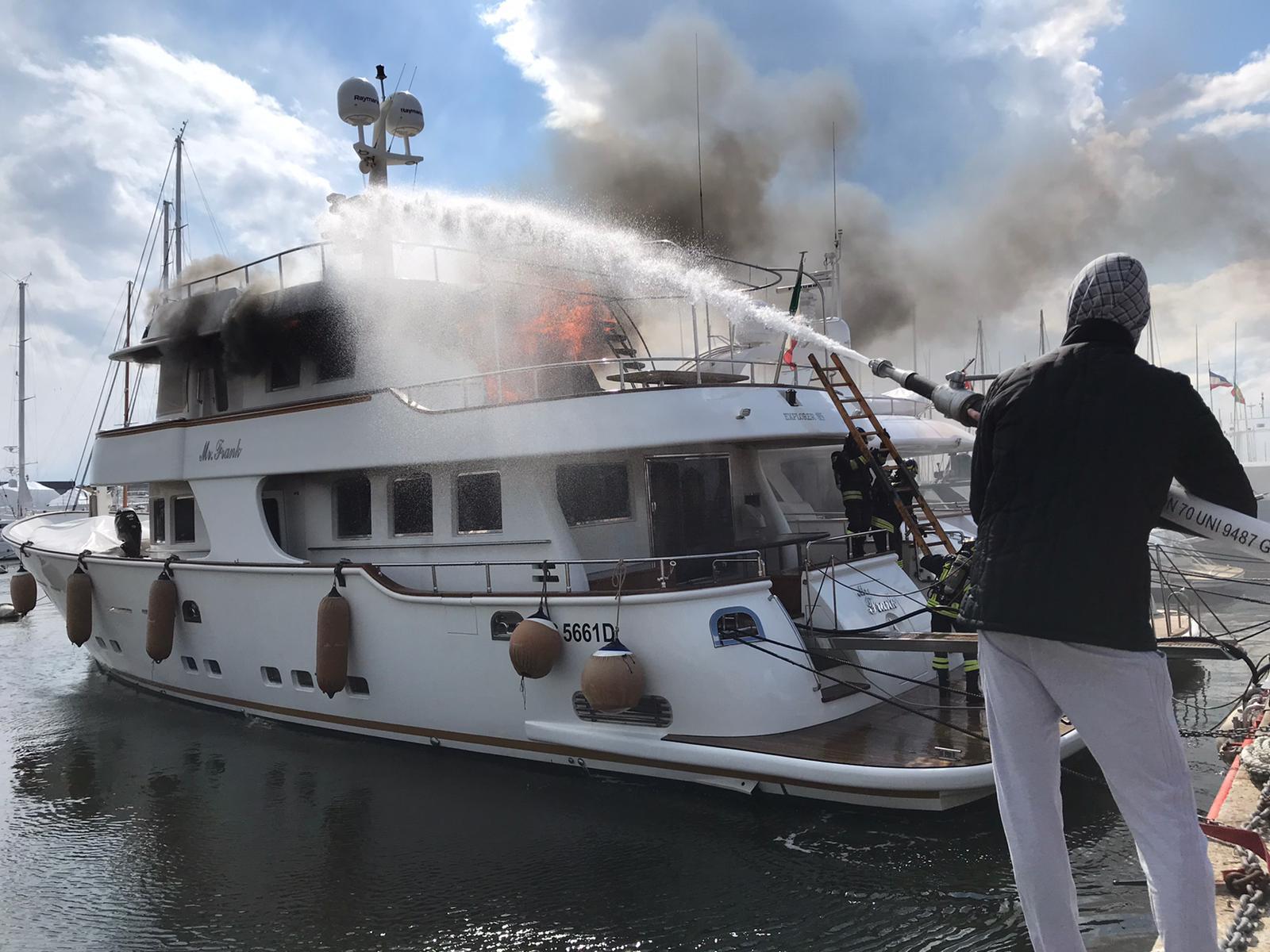 Barca a fuoco in porto a Viareggio